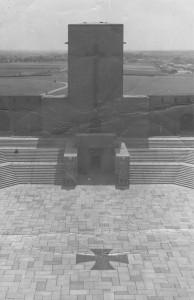 Mauzoleum Hindenburga i widoczne nieopodal baraki.