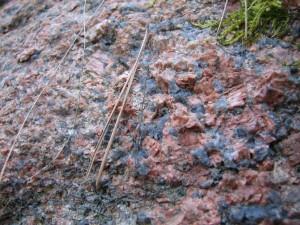 - granit z różowymi skaleniami