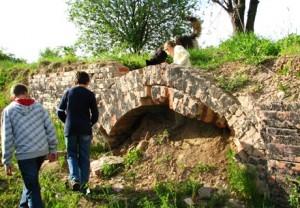 Odsłonięty fragment zewnętrznego muru - piwnice.